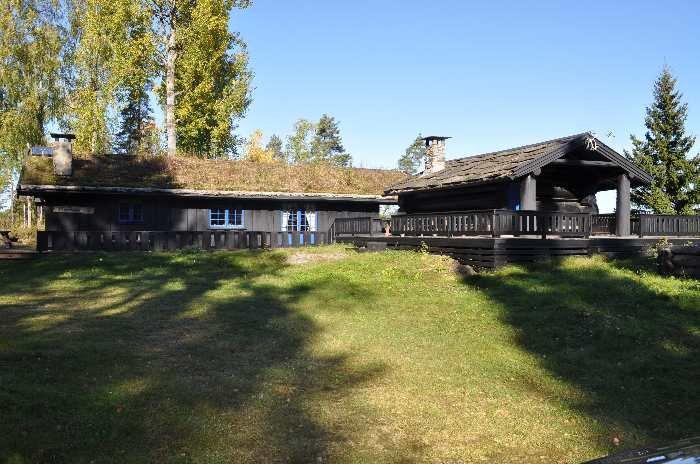 Auf dem weitläufigen Grundstück des Ferienhauses stehen dem Gast verschiedenste Gebäude zur Verfügung - hier Haupthaus und rechts davon das Grillhaus