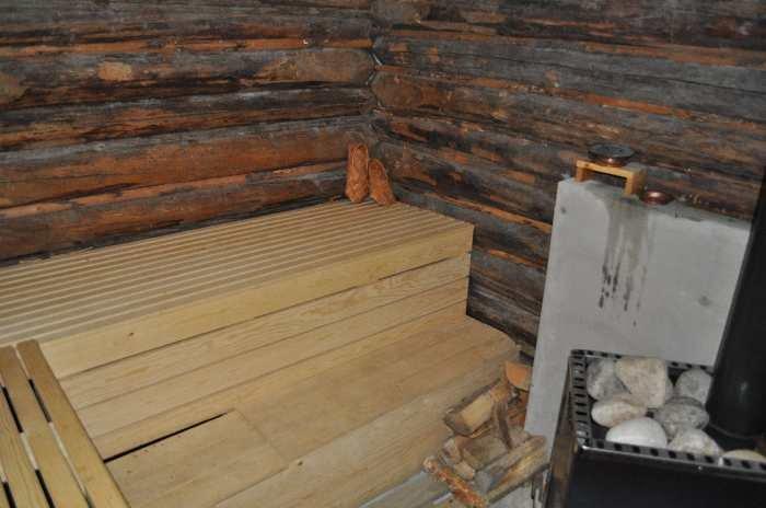 Die Sauna wird traditionell mit Holz beheizt