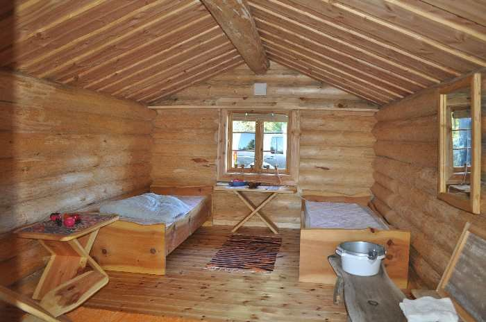 Das separate Schlafhaus bietet zwei Betten zusätzlich zu denen im Haupthaus