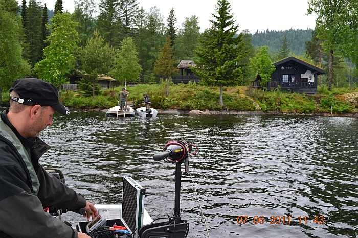 Blick auf das Grundstück des Ferienhauses vom Wasser aus