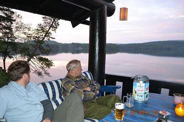 Entspannung nach einem langen Angeltag auf der Terrasse am Wasser
