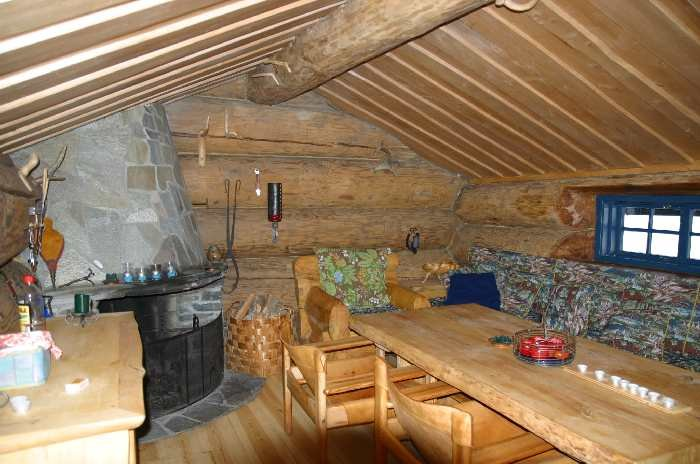 Gemütlich: Eigenes Grillhaus mit offenen Kamin.