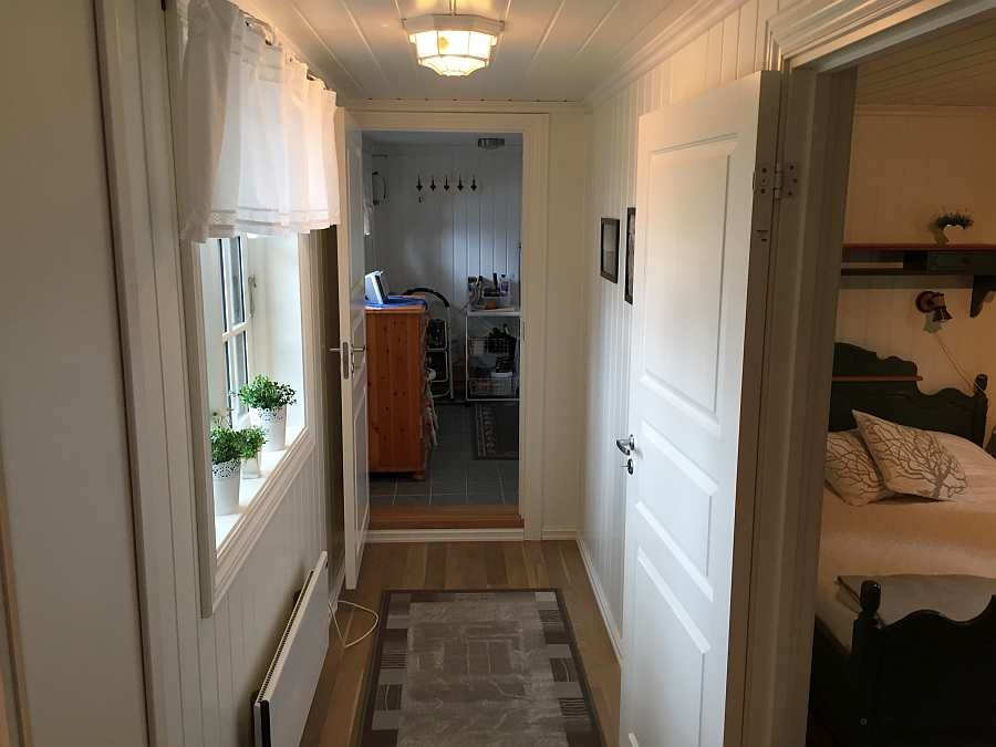 Der Gang von der Küche zum Badezimmer und einem der Schlafräume. Der Gang wurde Anfang 2017 neu gebaut - der bisherige Weg außerhalb des Hauses zum Bad gehört damit der Vergangenheit an.