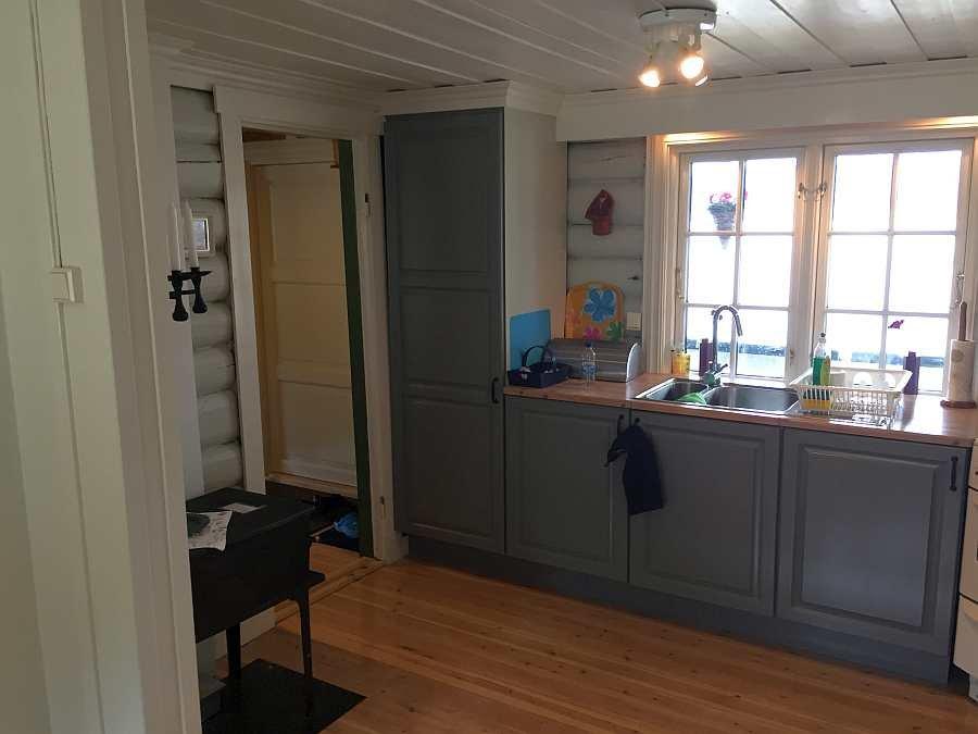 Auch von der Küche aus hat man aus dem Fenster einen direkten Blick auf den See