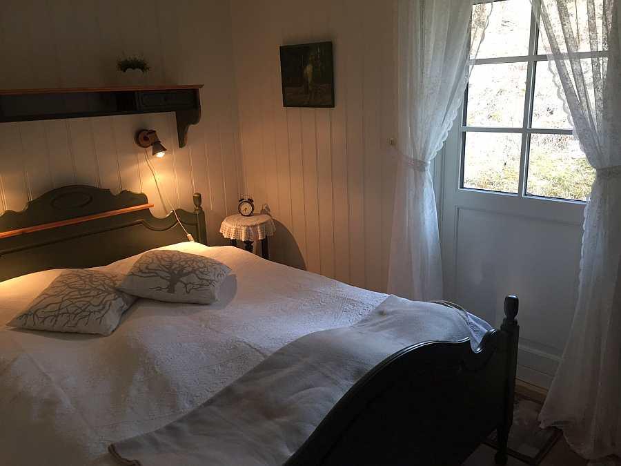 Vom Schlafzimmer hat man einen direkten Zugang zu einer kleinen Terrasse mit Sitzmöglichkeiten hinter dem Haus