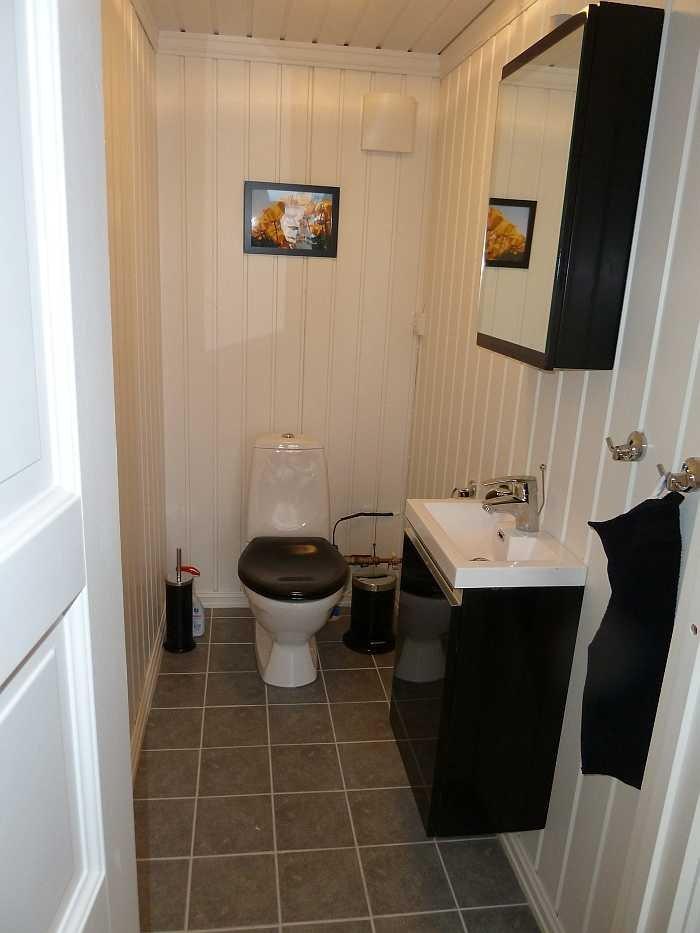 Ein separater Raum mit WC und Waschbecken