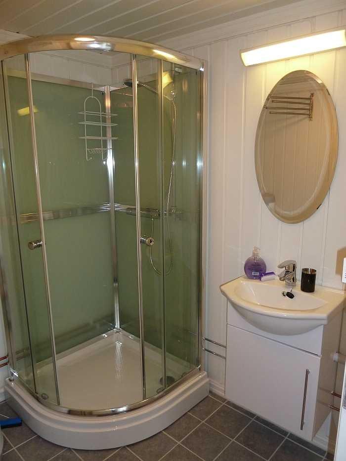 Ein Raum mit Dusche und Waschbecken