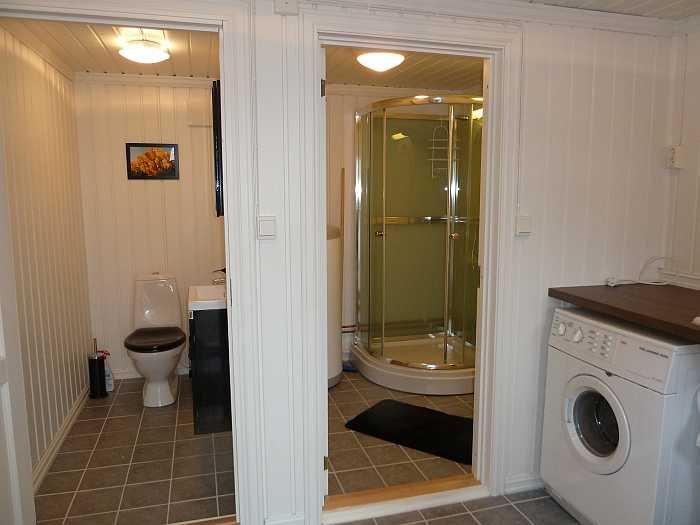 Das Bad besteht aus drei getrennten Räumen. Hier der Vorraum mit großem Waschbecken und Waschmaschine