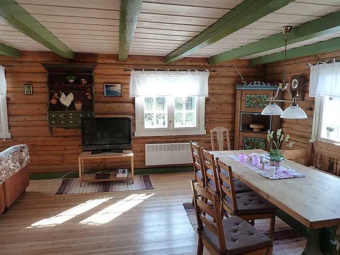 Der Essbereich im Wohnzimmer mit Seeblick