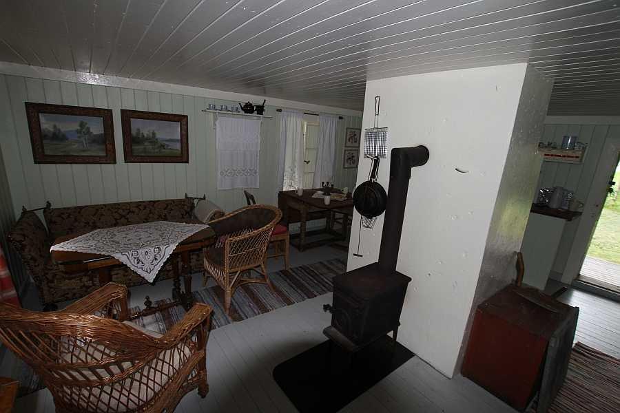 Der Wohnbereich ist offen zur Küche und zum Schlafbereich