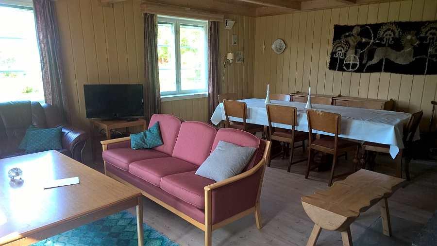 Großzügiger Wohnbereich mit Sitz- und Essecke und mit Seeblick