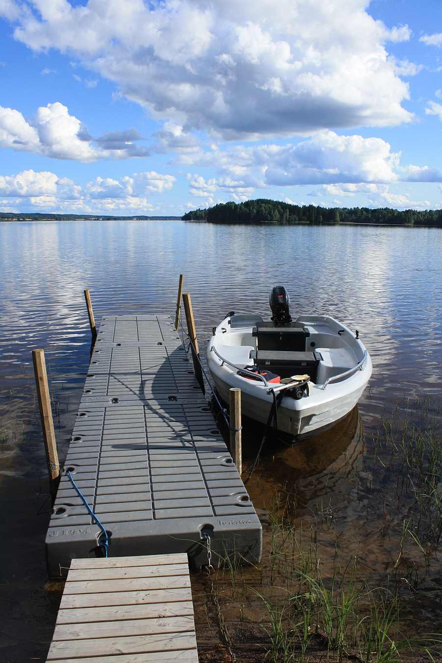 Der hauseigene Bootssteg am See