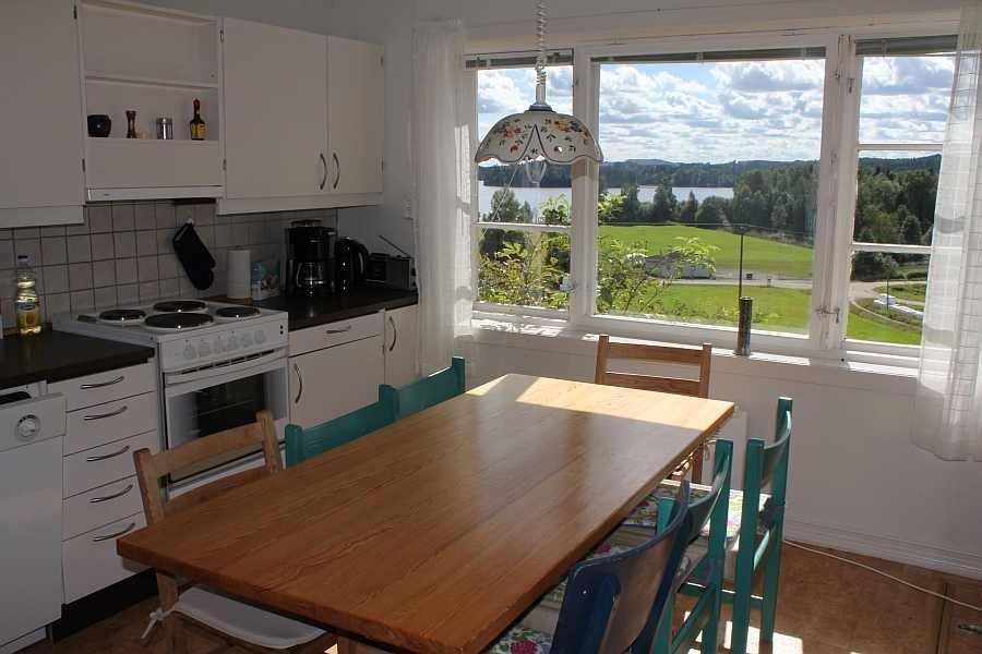 Sehr geräumige und komplett ausgestattete Küche mit Blick auf den See