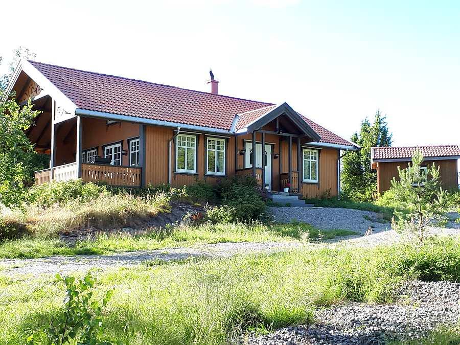 Ferienhaus Langenes liegt auf einem eigenen großen Naturgrundstück. Rechts sieht man den Schuppen (Stauraum)