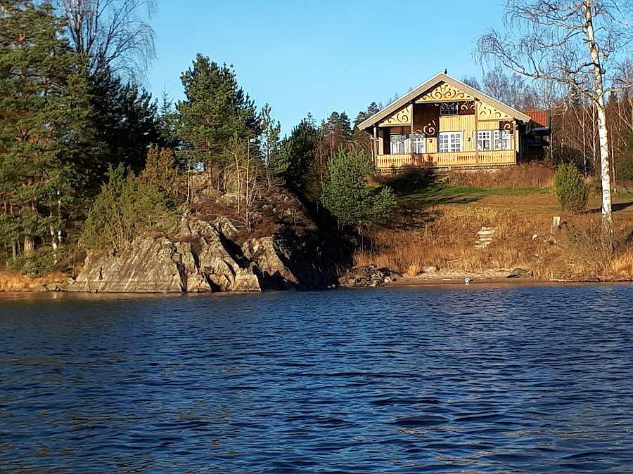 Blick vom Wasser auf das Ferienhaus Langenes - besser kann ein Haus nicht liegen!