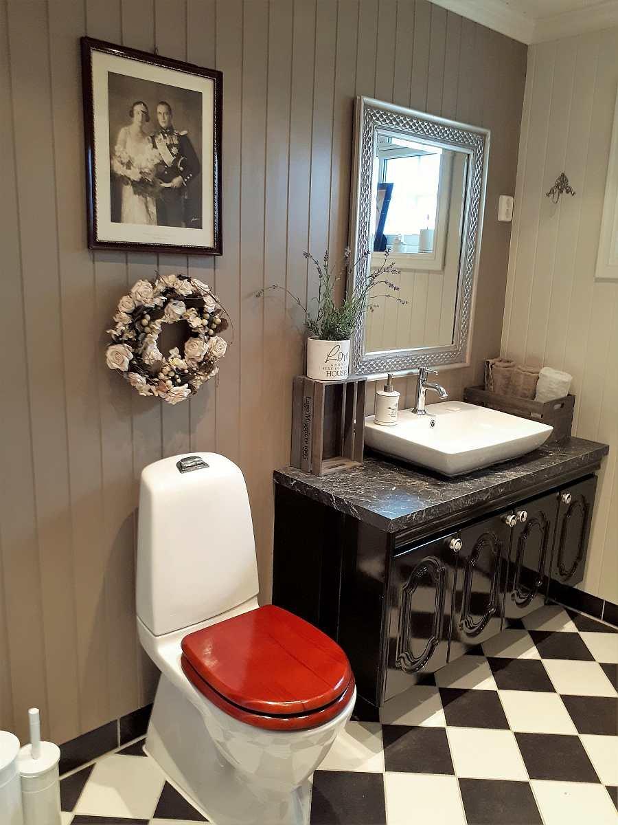 Das freundliche Badezimmer des Hauses
