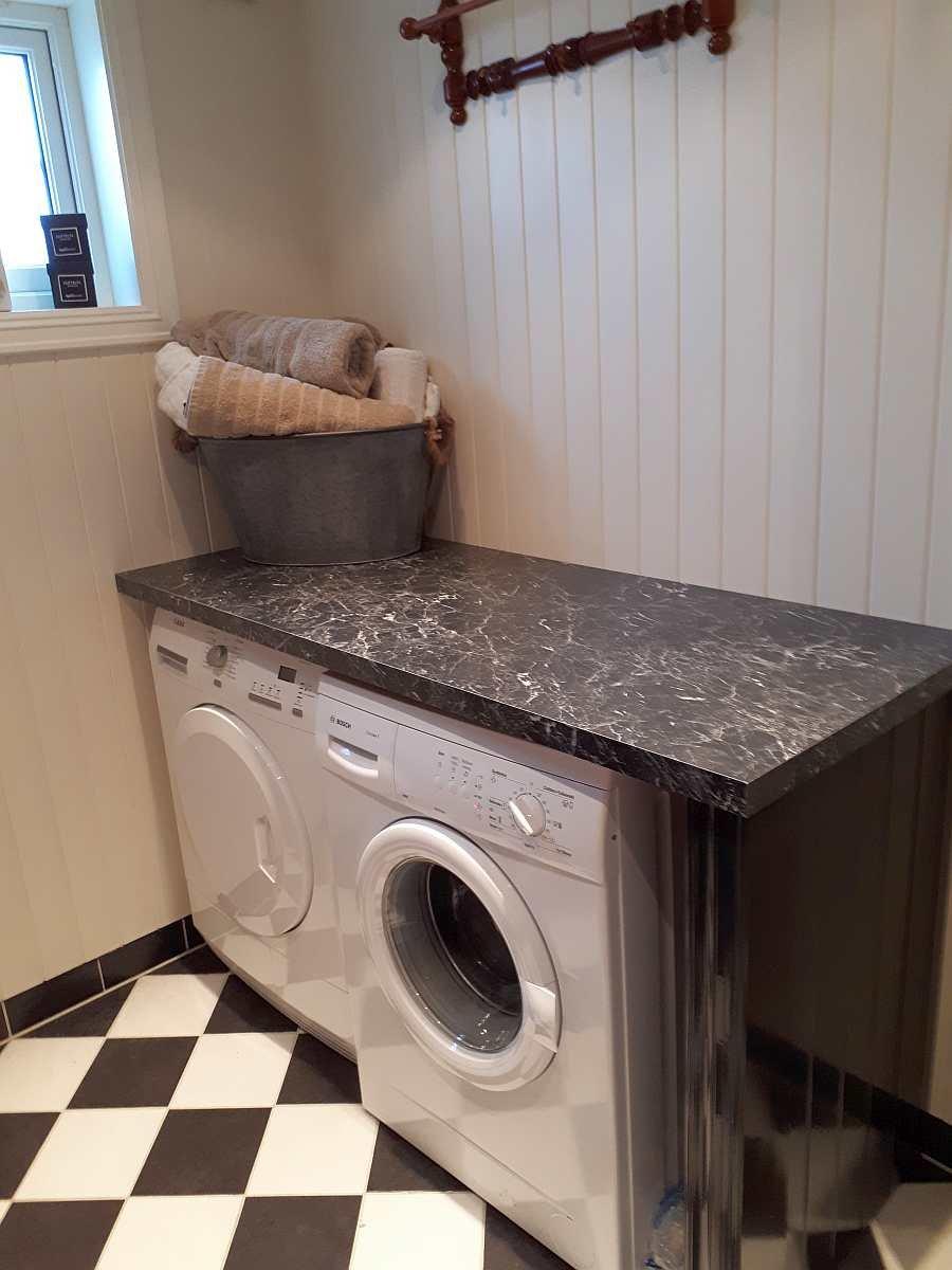 Eine Waschmaschine und ein Trockner stehen zur Verfügung