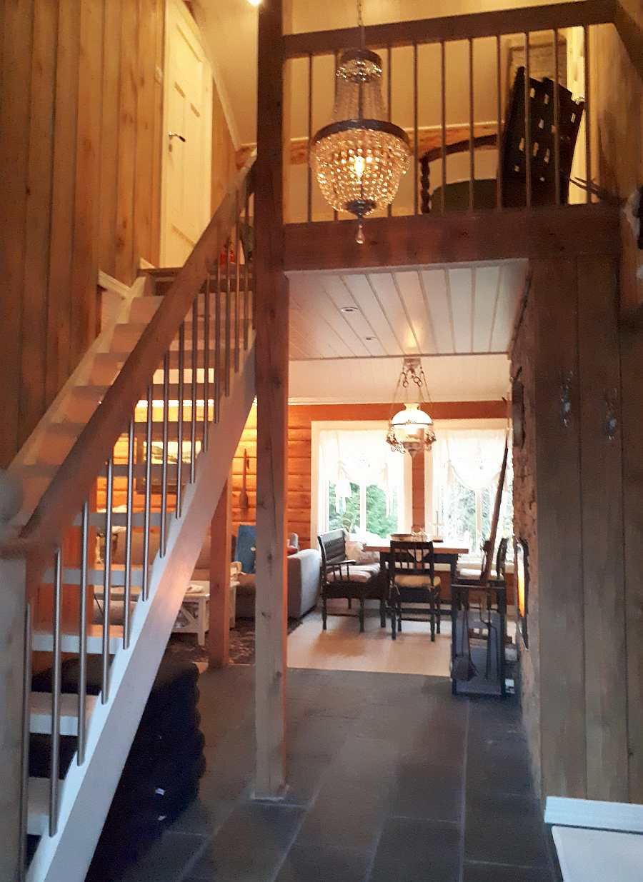 Der Flur des Hauses mit Treppe ins Obergeschoß und Zugang zum Wohnbereich