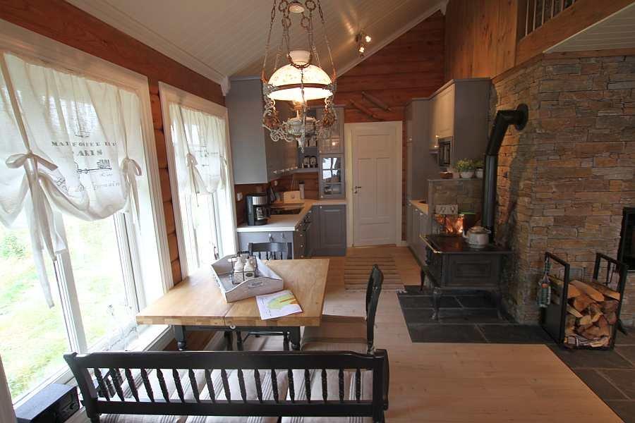 Die Wohnküche mit Küchentisch ist sehr gemütlich