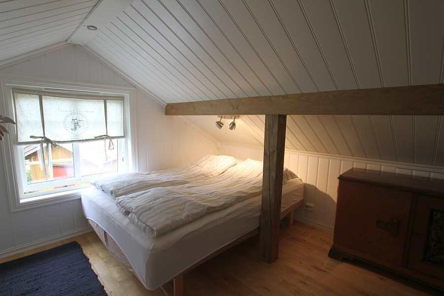 Das Schlafzimmer mit 1 Doppelbett im 1. Stock des Hauses