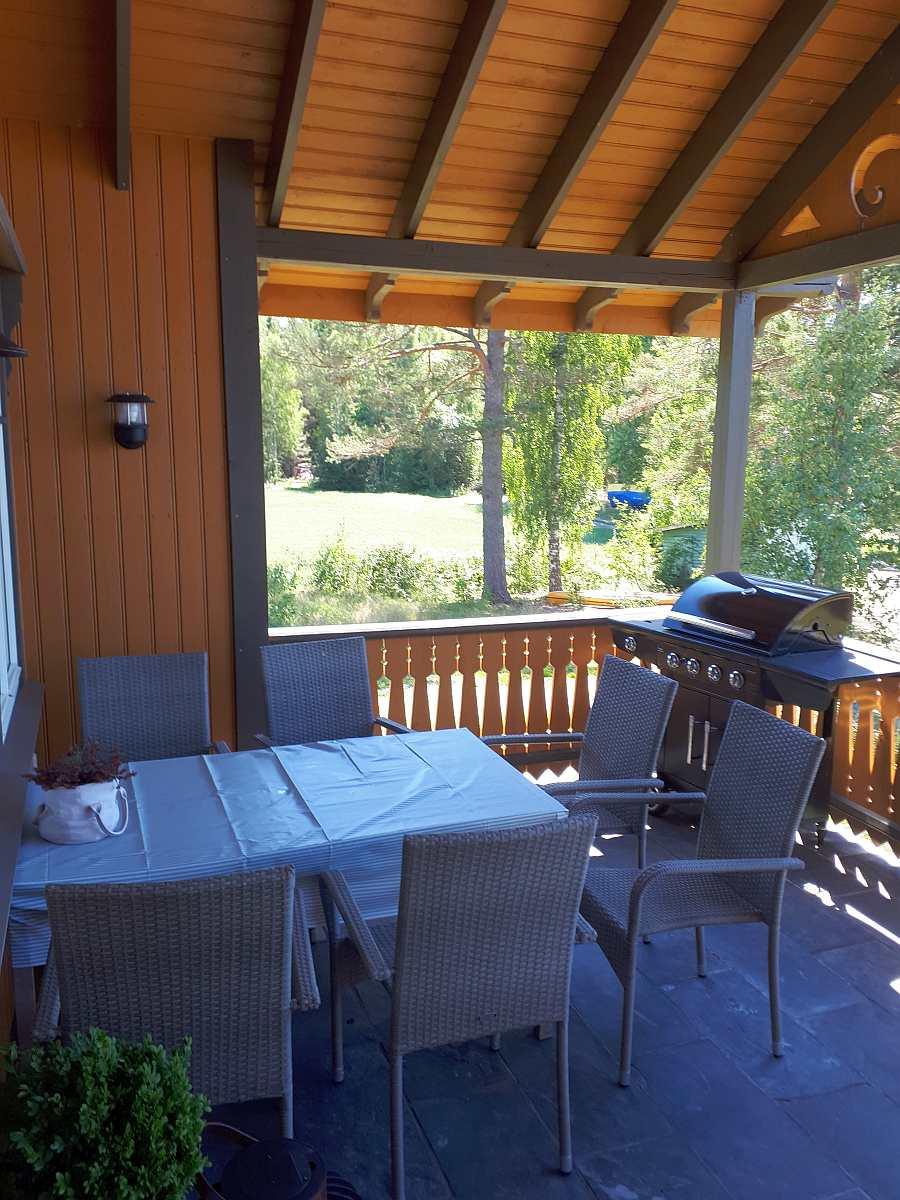 Der Esstisch auf der Veranda