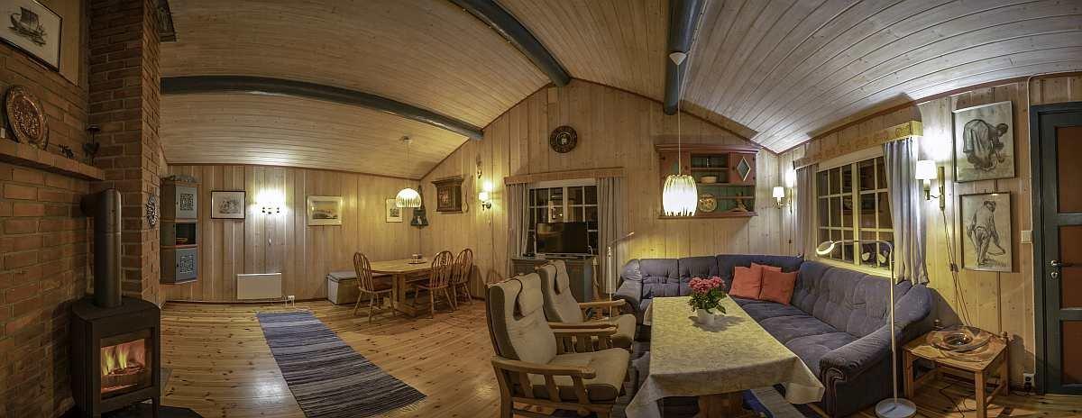 Der Wohnraum mit Sitzecke, Esstisch, Sat-TV und gemütlichem Holzofen
