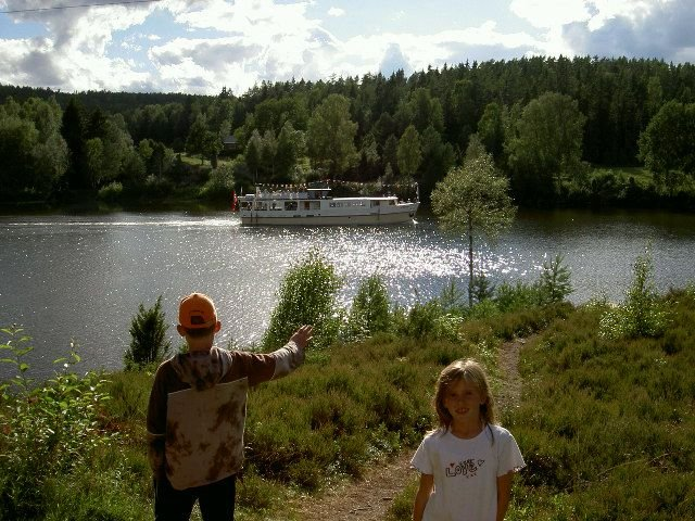 Der Haldenvassdraget Dampfer fährt 2x am Tag am Haus vorbei die Seekette entlang