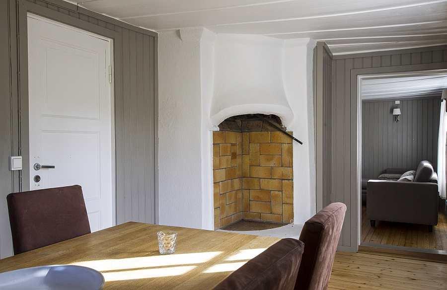 Der offene Kamin im Esszimmer schafft Atmosphäre