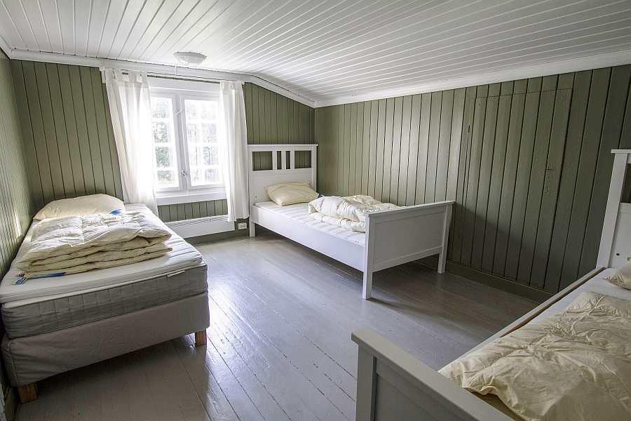 Eines der beiden Schlafzimmer mit jeweils drei Einzelbetten