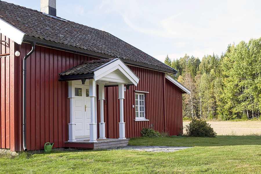 Ferienhaus Nybru liegt in Alleinlage inmitten der norwegischen Natur. Der Wald beginnt schon direkt hinter dem Haus
