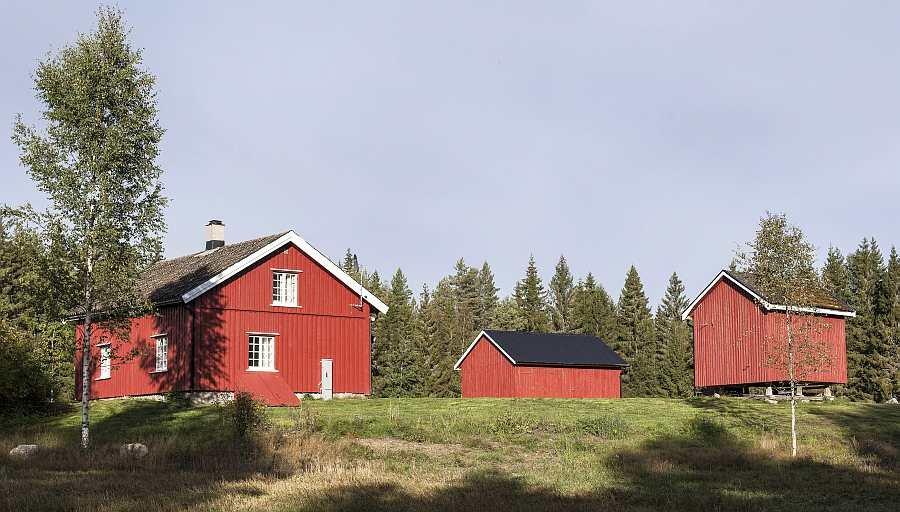 Das Ferienhaus Nybru mit seinen zwei Nebengebäuden liegt auf einem eigenen, großem Naturgrundstück in absoluter Alleinlage