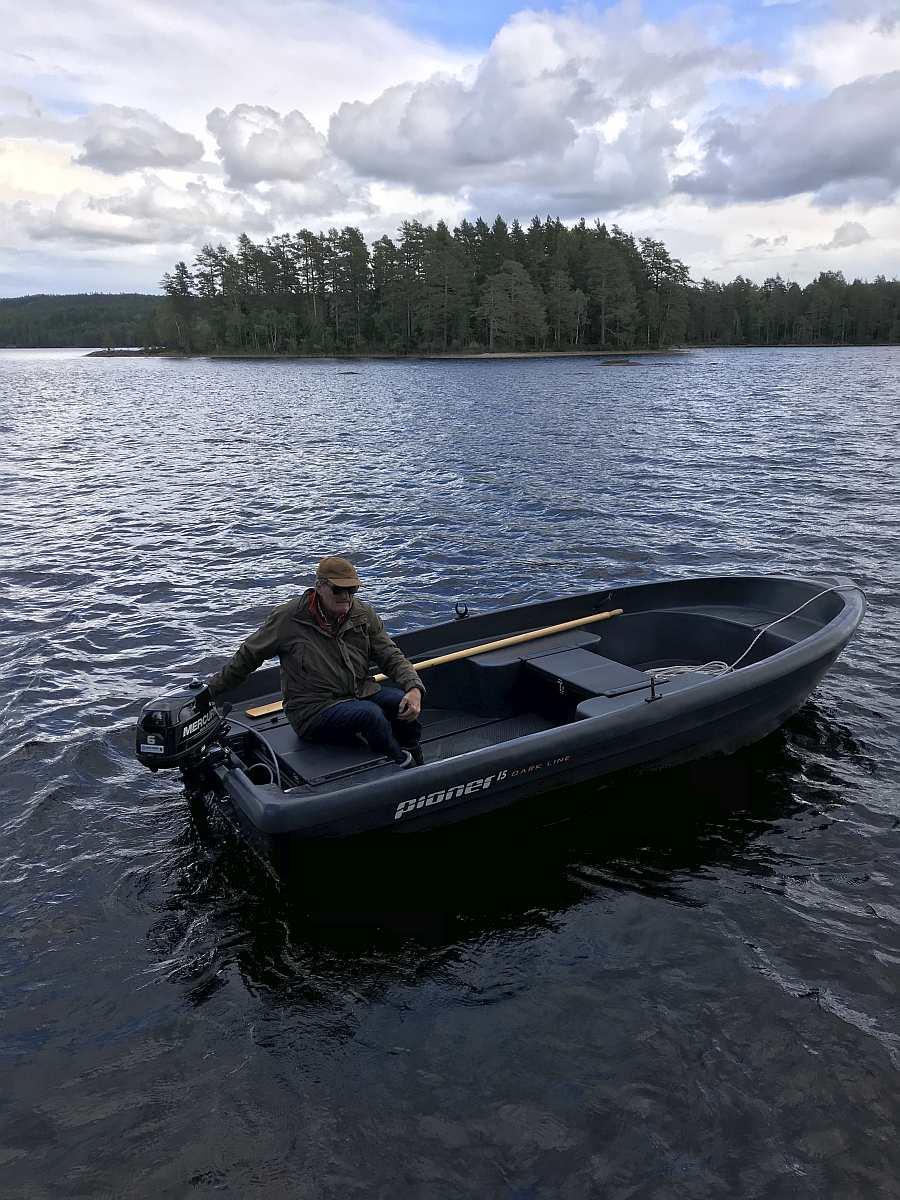 Im Angelboot Pioner 15 Fuß/6 PS, 4-Takter haben 2-3 Angler genug Platz zum Fischen.