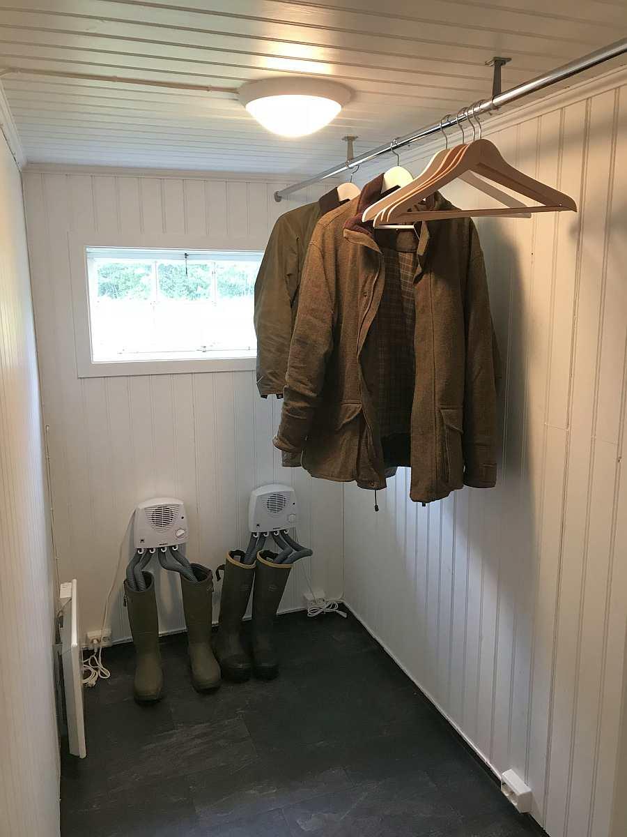 Der Trockenraum mit Gebläse für nasse Kleidung und zusätzlich mit zwei Schuhtrockner
