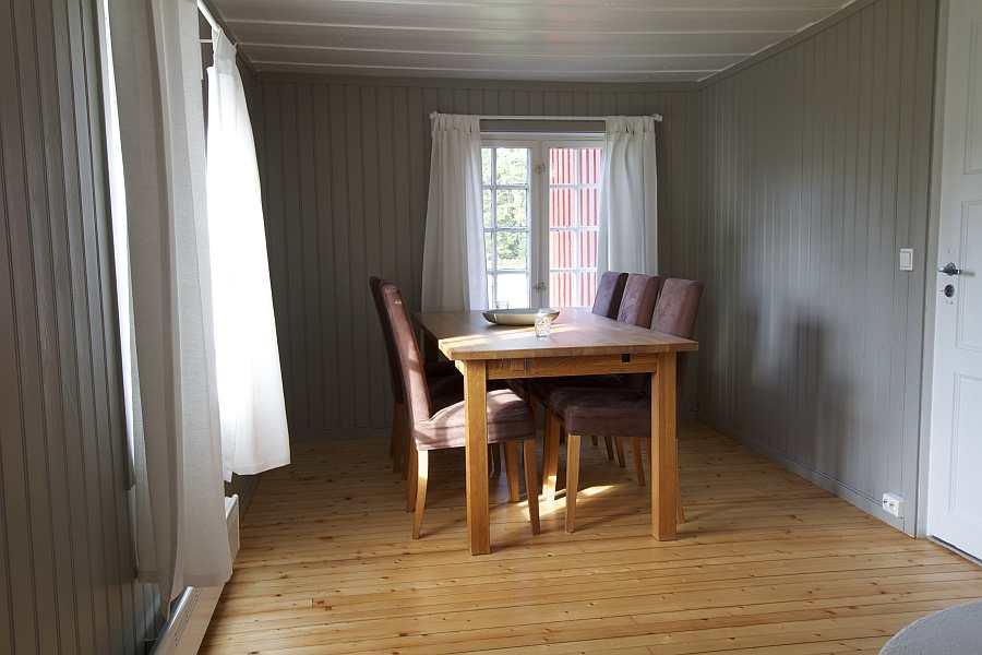 Das Esszimmer des Ferienhauses mit Esstisch