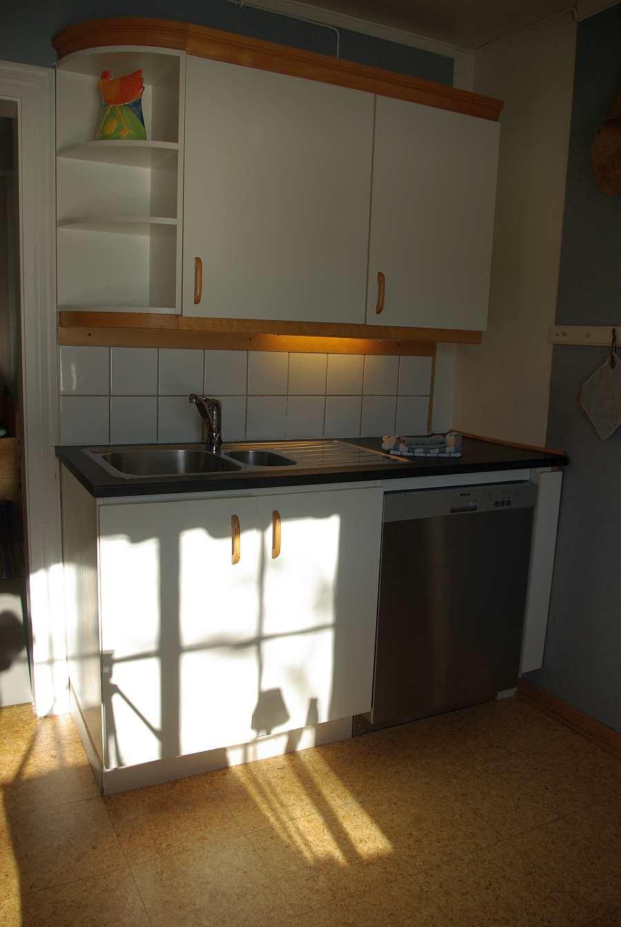 In der Küche ist vom Geschirrspüler bis zum Wasserkocher alles vorhanden