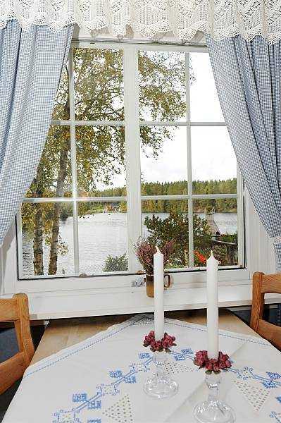 Blick vom Esstisch in der Küche auf den See
