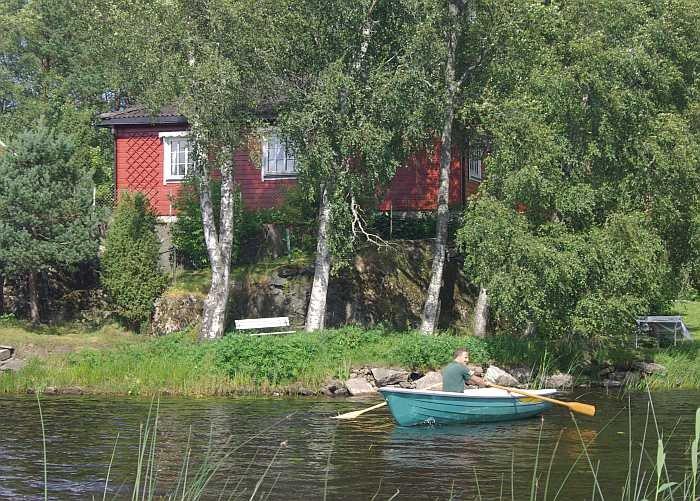 Die direkte Wasserlage des Ferienhauses. Im Vordergrund das Zusatzboot 13-14 Fuß/6 PS - Viertakter