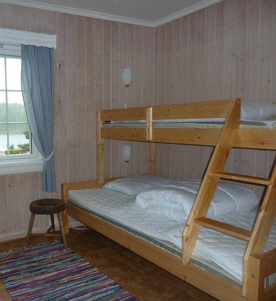 Schlafzimmer mit einem Norwegischen Familienbett - mit Blick auf den See