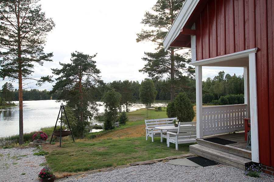 Zusätzlich stehen im Außenbereich des Hauses eine weitere Sitzgruppe und ein Grill zur Verfügung.