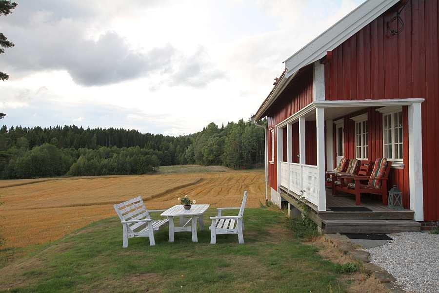 Zusätzlich zur Sitzgruppe auf der überdachten Veranda steht im Garten ein Gartentisch mit Stühlen zur Verfügung