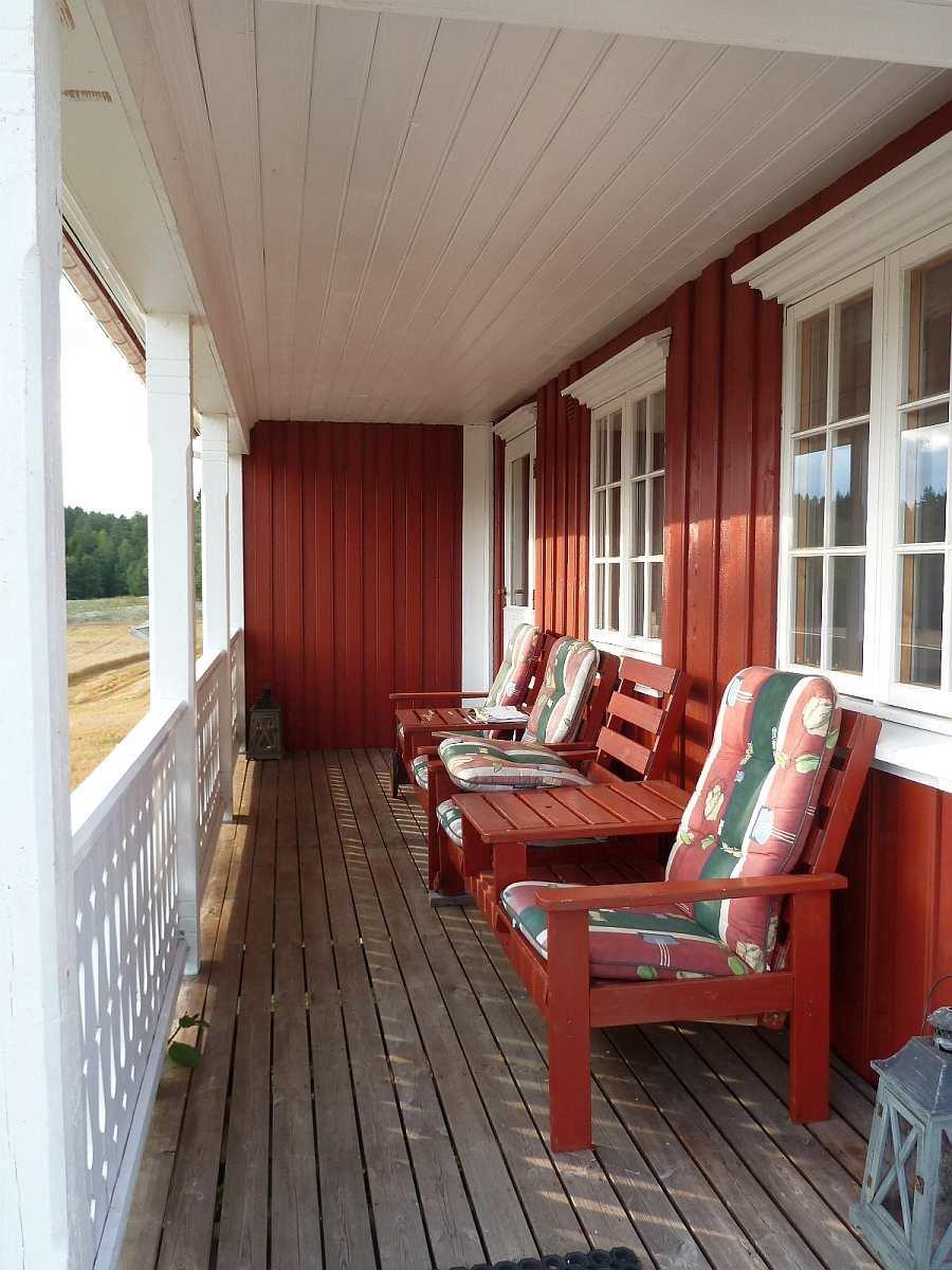 Auf der überdachten Veranda zur Seeseite stehen Sitzmöglichkeiten zur Verfügung