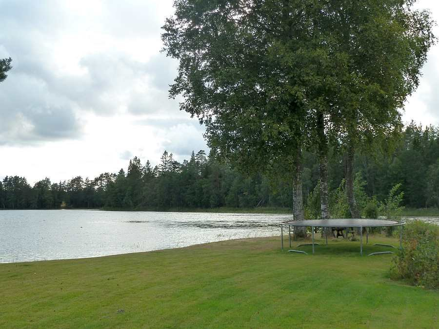 Viele Platz auf dem eigenen Gartengrundstück am See - den Kinder wird das Trampolin gefallen...