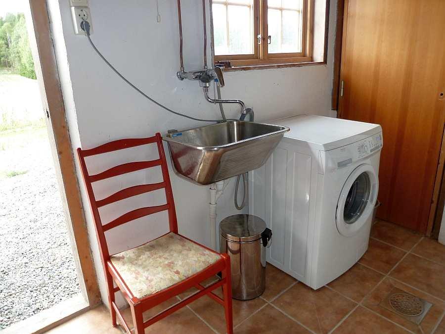 Im Keller steht eine Waschmaschine und ausreichend Stauraum zur Verfügung