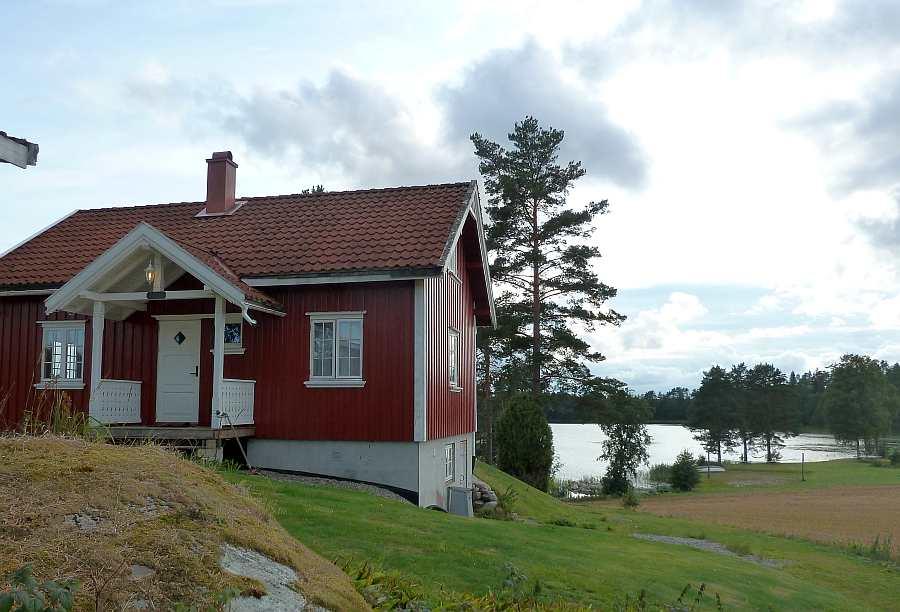 Das Haus liegt auf einem großen, eigenen Gartengrundstück direkt am Wasser