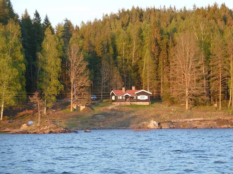 Das Ferienhaus liegt nur 50 Meter vom Seeufer entfernt