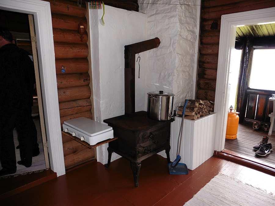 Auf dem großen Ofen in der Küche ist es sehr einfach warmes Wasser zu bereiten und zu bevorraten