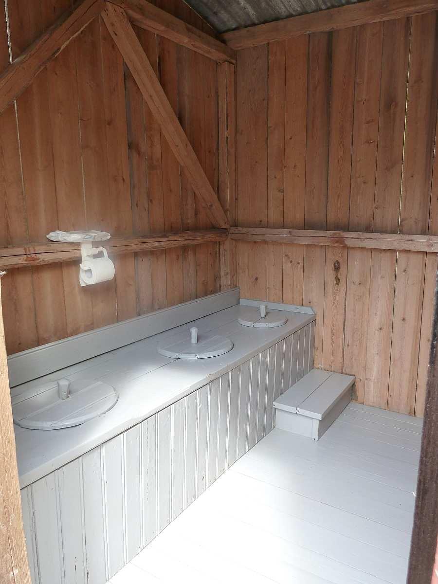 Die Biotoilette - etwa 15 Meter vom Haus entfernt