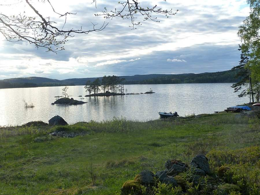 Blick vom Haus auf den See und den Bootsliegeplatz
