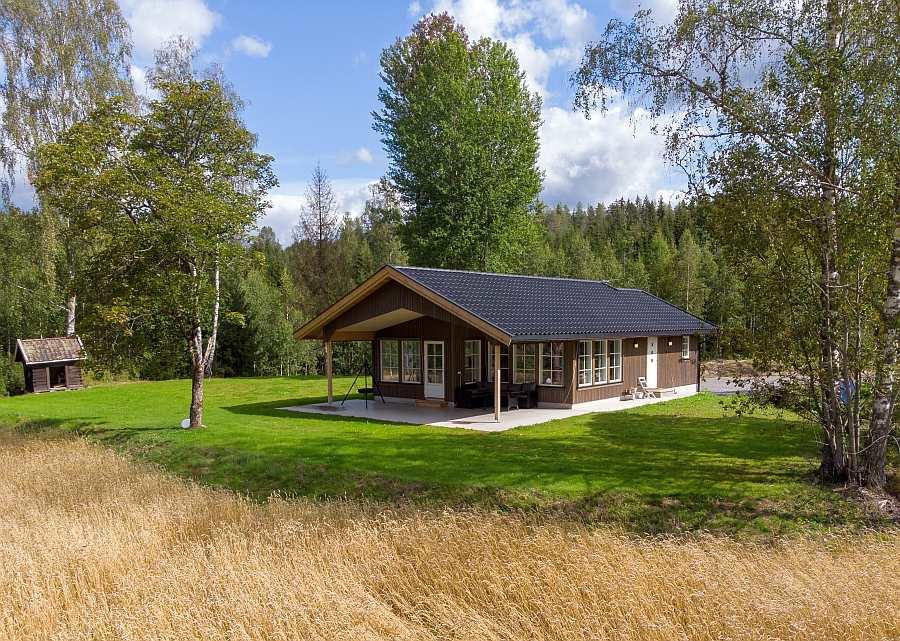Ferienhaus Rødkinn liegt auf einem eigenen großen Natur-Ufergrundstück am See