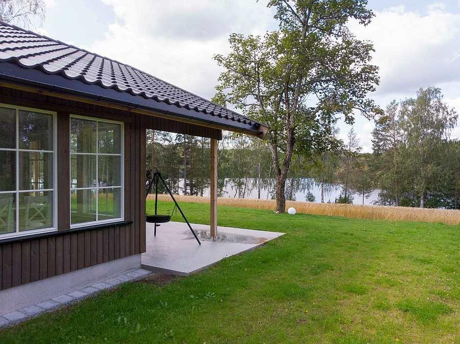 Ferienhaus Rødkinn - die große zum Teil überdachte Terrasse liegt an der sonnigen Westseite zum Seeufer